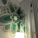 well co-ordinated wall design and curtain