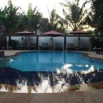 Vue sur la piscine au lever du soleil