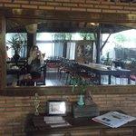La salle du restaurant de l'hôtel lors du petit déjeuner