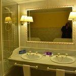 La salle de bains - grande et bien équipée