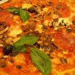Pizza (mushrooms, olives, ham, basil)