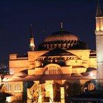 Blick au die nahe Hagia Sophia und das abendliche Istanbul