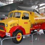 Caminhão antigo de abastecimento de aeronaves.