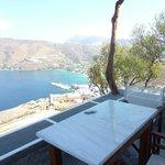 Θέα  απο  τη  βεράντα  στο  λιμάνι  της  Αιγιάλης