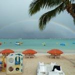 ホテル前のビーチに浮ぶ虹