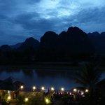 il ristorante dell'hotel lungo il fiume alla sera