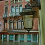 Su bastiği zaman giris kapisindan manzara