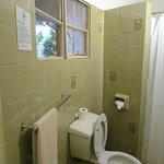 Salle de bain: l'eau de la douche est chauffée par un panneau solaire