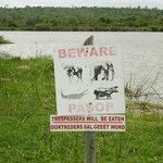 Oertreders sal geeët word; het gevarenbord bij de riviersafari