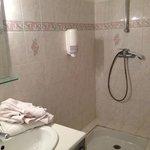 la SDB, pas de porte serviettes, elles sont posés sur le lavabo