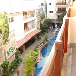 Вид с балкона на территорию отеля, бассейн