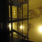 Hall do elevador panorâmico no centro do hotel