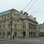 Do outro lado da rua, a State Opera.