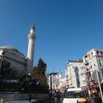 Терраса ресторана напротив мечети FIRUZ AGA CAMII (самое высокое здание) и при