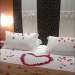 cuore di petali e brillantini sulle lenzuola in camera