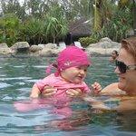 dans la piscine avec bébé