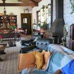 Salão de estar, com opções de leituras e TV e música