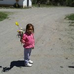 Mi hija recolectando flores.