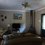 Vorraum mit Sitzecke, Kaminofen und Küche