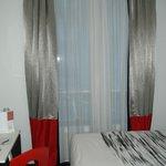 Grande fenêtre agréable, avec rideaux permettant une totale