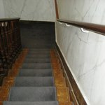 super escalier miteux donnant accès aux chambres de domestiques déprimant