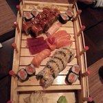 Die Sushi-Platte dekoriert auf einer Bambus-Brücke