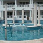 piscina con jacuzzi central (uno de ellos)