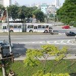 Autovia casi pegada al frente del hotel