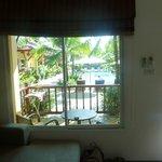 vue de notre salon sur la terrasse et la piscine