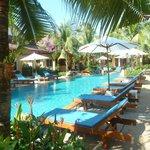 La piscine entourée des bungalows