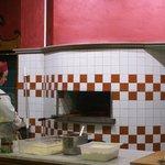 il proprieterio/pizzaiolo all'opera