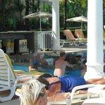 bar de la piscina (casi siempre lleno de gente)