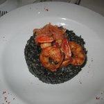 risotto de riz noir, gambas et saumon