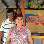La super amable Doña Rosi junta a su esposo y al chico que los ayuda