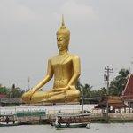 statua  vista dal mercato sull'acqua