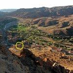 Vistas del pueblo desde la kasbah, con la casa marcada en amarillo