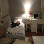 Petit lit enfant dans grande chambre