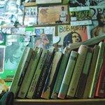 Dettaglio libreria nel bar