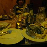 Platos de las entradas y los platos fuertes acumulados dos horas despues de pe
