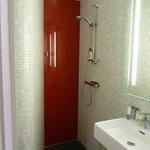 Très petite salle de bains, sans rangements. Et douche à l'italienne (attentio