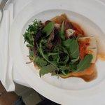 Escalibada de verduras con tosta de lengua curada y sobrasada.