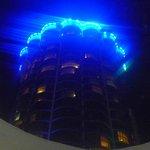 El hotel, de noche