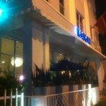 el frente del hotel de noche