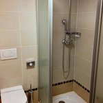 la doccia nella camera 402