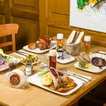 gemütlicher Tisch mit unseren traditionellen Kölner Gerichten