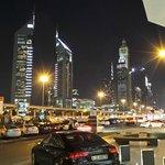 Otelin önünden Şeyh Zayid Caddesinin Görünümü