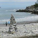 Escultura de piedras en la playita