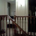 寝室およびバスルームへつながる小階段
