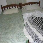 кровати и белье желто-грязного цвета