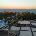 vue de la piscine et du restaurant au couché du soleil. Été